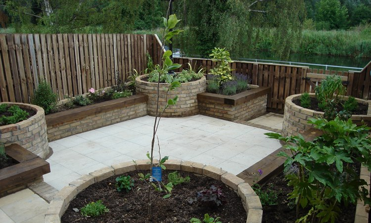 Specialist design and landscaping for townhouse gardens for Landscape gardening for small gardens